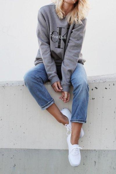 grå jeanströja med tröja med rund halsringning