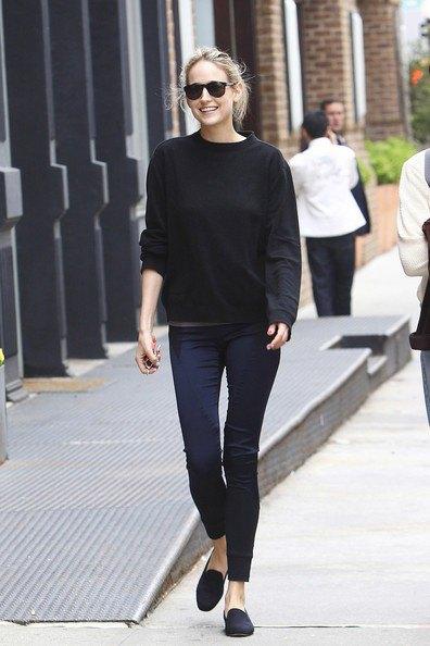 svart tröja med smala joggbyxor