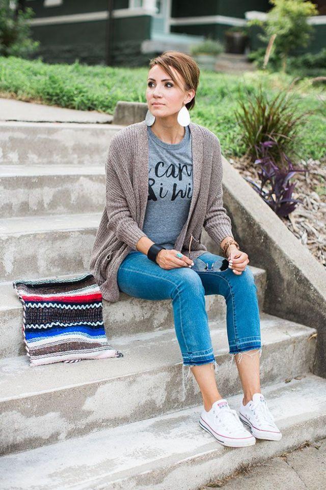 Cardigan t-shirt capri jeans vita sneakers