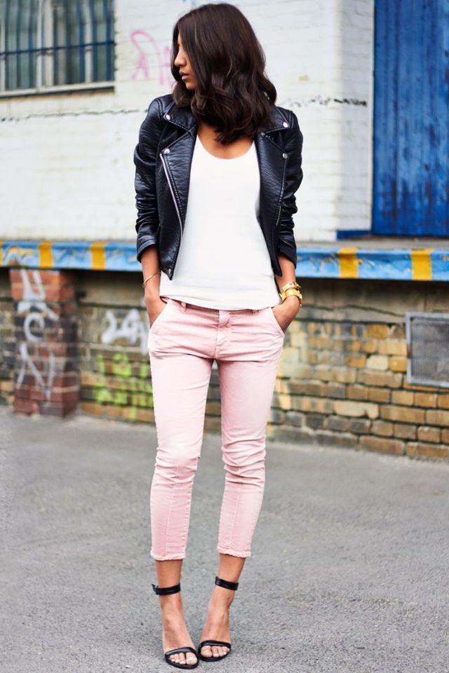 vit t-shirt svart läderjacka capri byxor
