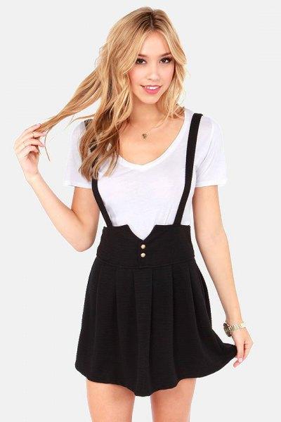 vit t-shirt med svart veckad minikjol