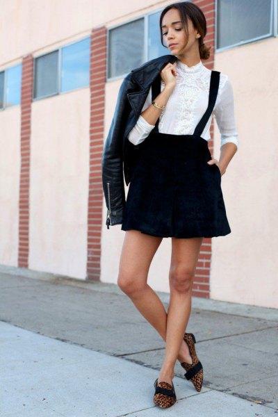 svart skinnjacka med vit skjorta och bysterkjol