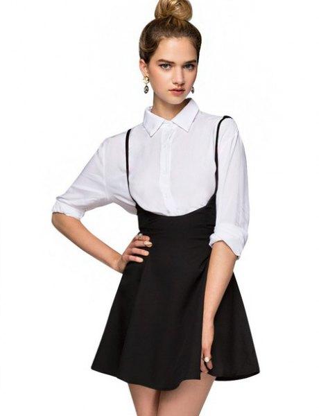 vit skjorta med knappar och svart mini hög kjol