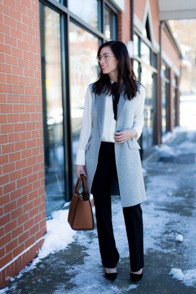 grå ull longline väst med vit blus och svarta chinos med raka ben