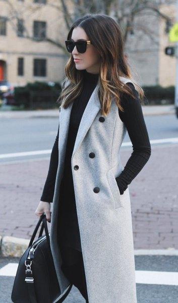 grå ärmlös dubbelknäppt ullrock med svart skiftklänning
