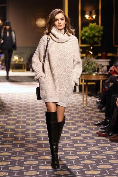 Stickad tröja klänning med en halsringning, knä höga stövlar