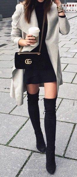 Trenchcoat svart mini kjol knä höga stövlar
