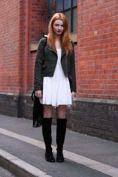 vit luftig klänning svarta knä höga stövlar