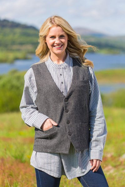 Marinblå och vit vertikal randig skjorta grå tweed väst