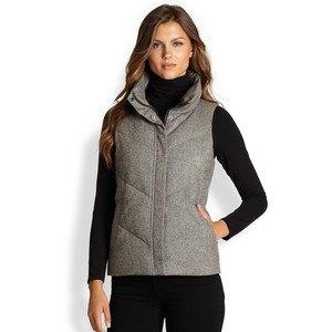 grå tweed puffer väst helt svart outfit