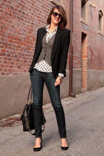 grå väst med vit och svart prickig skjorta