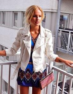 vit skinnjacka blå och svart stamklänning