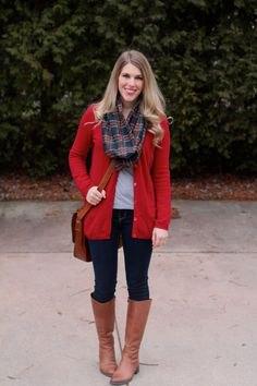 lång röd kofta med grå och mörkblå rutig halsduk och knähöga bruna stövlar