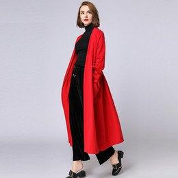 Maxi lång röd kofta med svarta byxor med vida ben