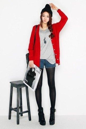 röd kofta med grå t-shirt och små blå jeansshorts