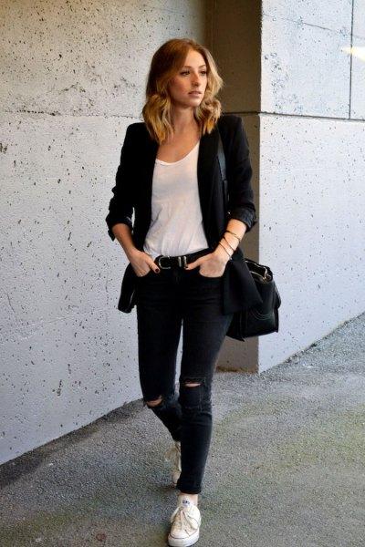 Fritidsjacka med vit topp med en urringning och svarta jeans