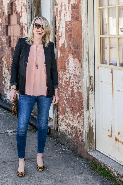svart casual blazer med en rodnande rosa chiffongblus och blå jeans
