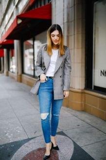 grå överdimensionerad casual blazer med vit t-shirt och blå jeans