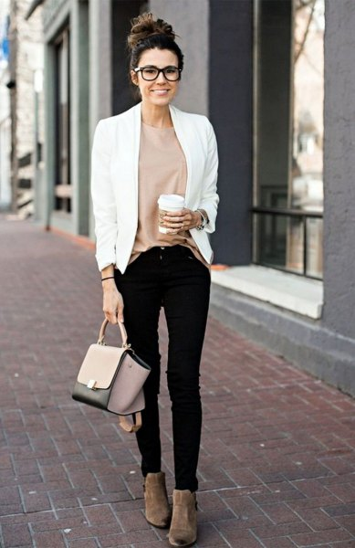 vit, avslappnad kavaj med rosa topp och svarta skinny jeans