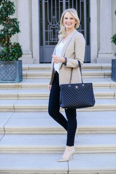 ljusgrå kavajjacka med vit blus och svarta skinny jeans