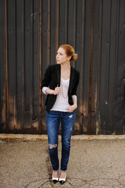 svart halvärmad jacka med vit linne med scoop-hals och blå jeans