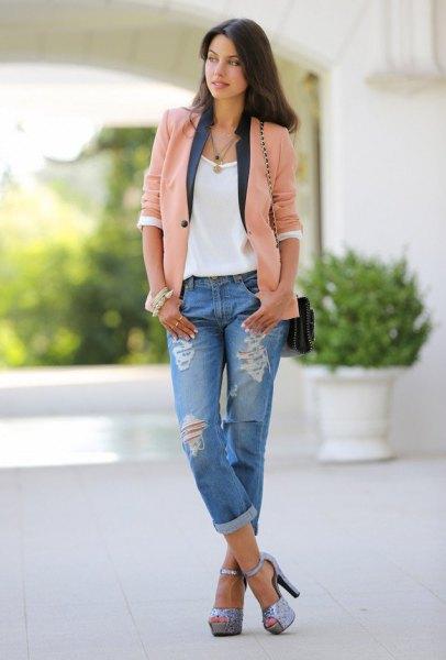 Blush rosa casual blazer med en vit t-shirt och pojkvän jeans