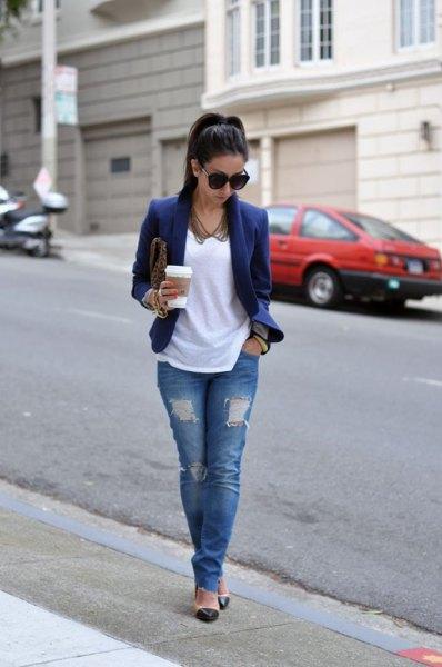 Mörkblå kavajjacka med vit t-shirt och rippade jeans