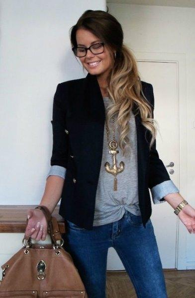 svart casual casual blazer med grå topp och blå jeans