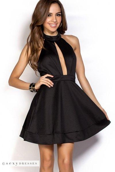 svart halterneck silke skater klänning med djup urringning