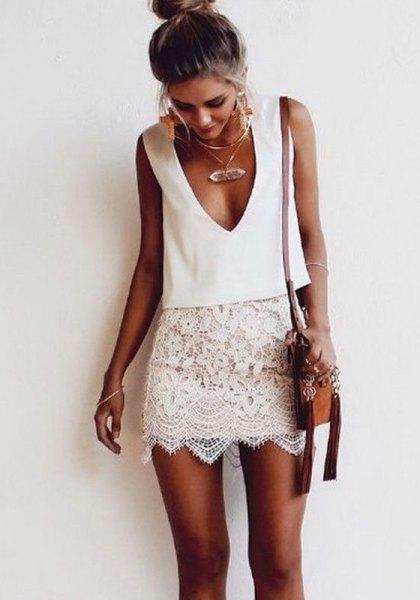 vit, ärmlös tvådelad spetsklänning med nedkastad halsringning