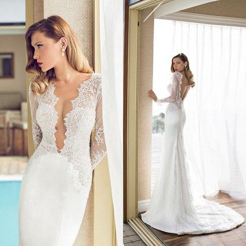 flytande bröllopsklänning i vit spets med djup urringning