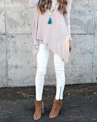 Ljusgrå stickad tunikatopp med vita jeans med dragkedja