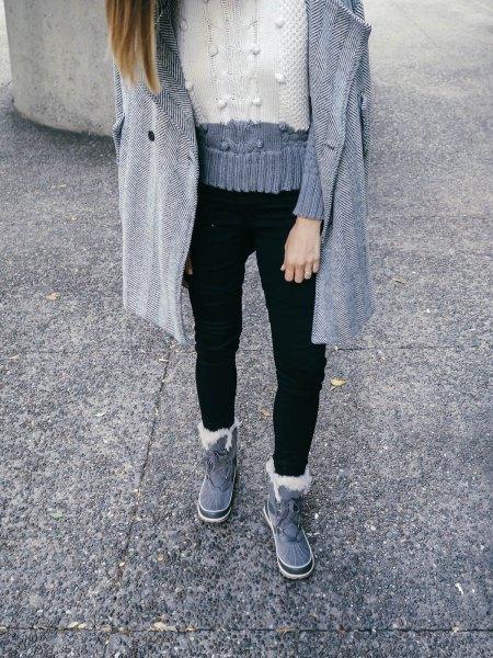 grå och vit blockstickad tröja med svarta jeans