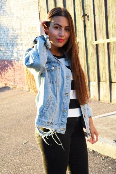 bred randig svartvit tröja med jeansjacka och jeans att bära