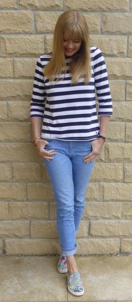 Svartvitt T-shirt med trekvartärmar och ljusblå skinny jeans