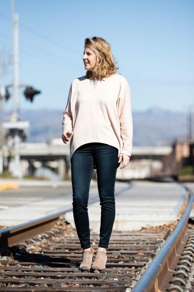 vit tröja med en avslappnad passform och mörkblå skinny jeans