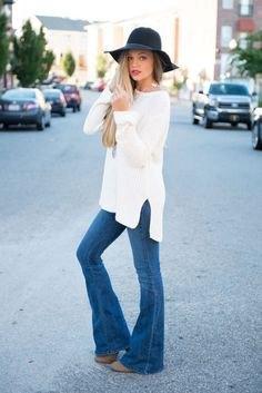 vit långstickad tröja med utsvängda pull-on jeans och floppy hatt