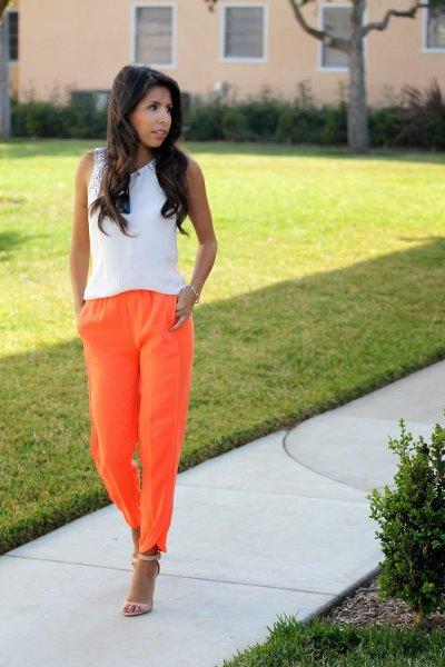 vit ärmlös topp med orange jeans
