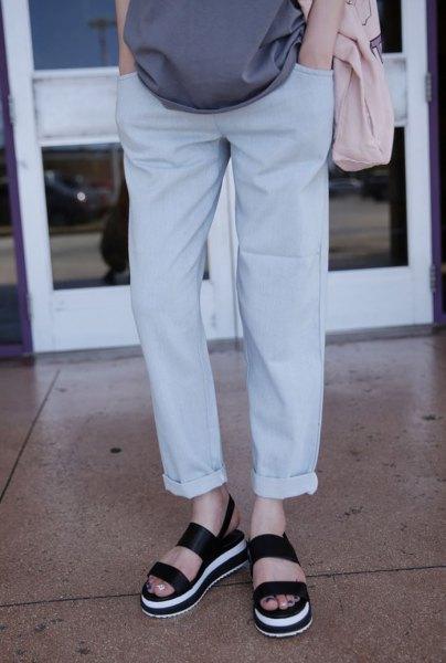 grå blus med en avslappnad passform, lätta jeans med manschetter och sandaler