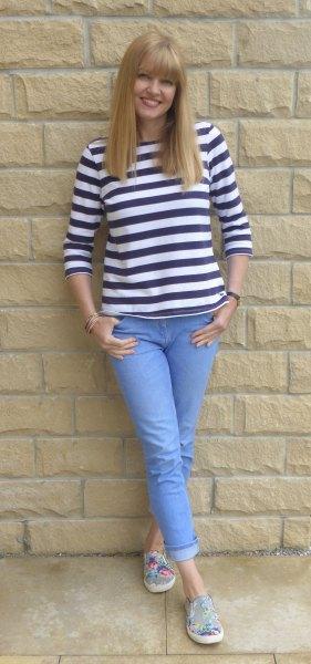 svartvit randig t-shirt med ljusblå jeans med manschetter