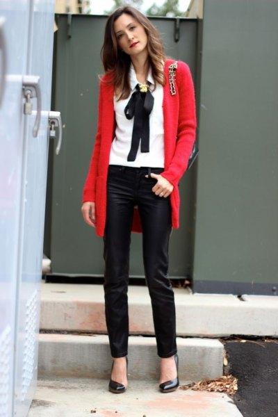 vit skjorta röd kofta svart läder leggings