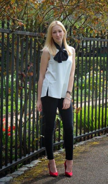 vit ärmlös rosettblus svart skinny jeans