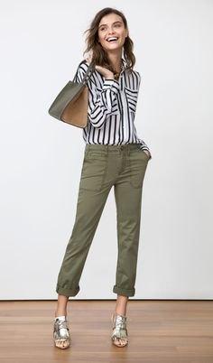 svartvitt randig skjorta med knappar och gröna pojkvänjeans med manschetter