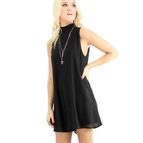 svart chiffongskiftklänning med hög hals
