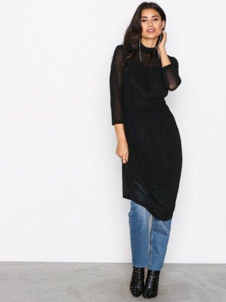 svart skiftklänning över jeans