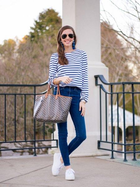 mörkblå och vit randig långärmad T-shirt med smala jeans
