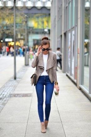 grå mockablazer med blå supermager jeans
