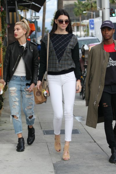svart och grå färgtröja med vita supermager jeans
