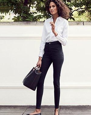 vit skjorta med knappar och svarta supermager jeans