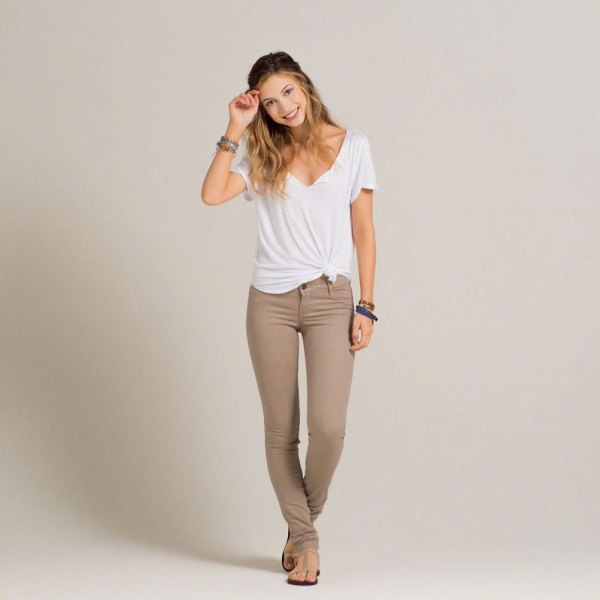 vit knuten V-ringad t-shirt och grågrön supermager jeans
